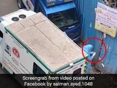 कोरोना वायरस के संदिग्ध मरीज़ को लेने आए एम्बुलेंस के स्टाफ़ ने हाथों के दस्ताने को खुले में फेंका- देखिए वायरल Video