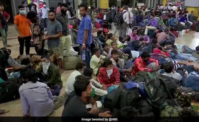 कोरोना वायरस के डर से 'मंदिर-बाजार-दफ्तर' बंद, ट्रेनों में भारी भीड़, पढ़ें 10 अहम बातें