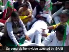 JDU Legislator Gets Leg Massage By Partymen At Nitish Kumar's Rally