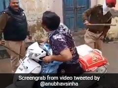 बॉलीवुड डायरेक्टर ने राशन ले जा रहे व्यक्ति को पुलिस के डंडे से पीटने पर किया ट्वीट, बोले- क्या ये कानूनी तौर पर जायज है...