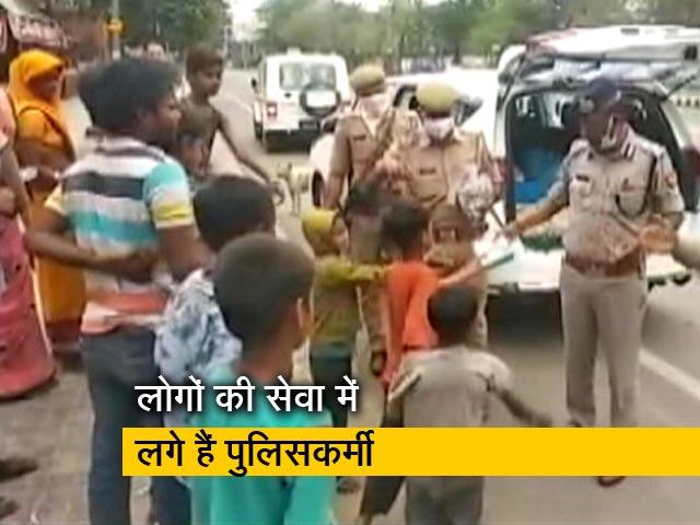 Video : मुश्किल में फंसे लोगों तक राहत सामग्री पहुंचा रहे हैं पुलिसकर्मी