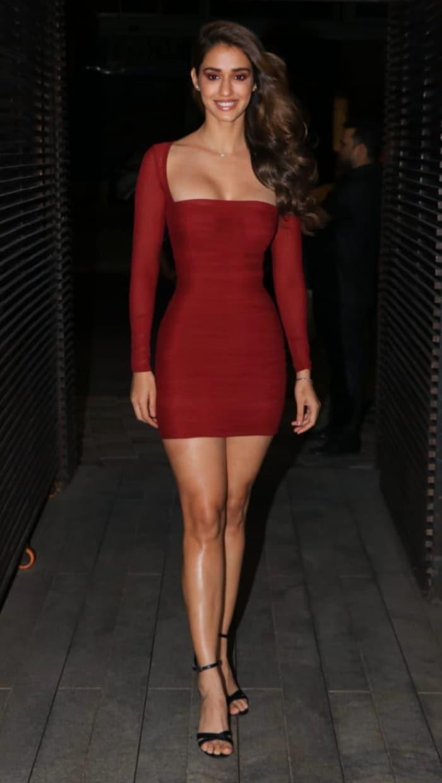 रेड बॉडीकॉन ड्रेस में नजर आईं दिशा ...