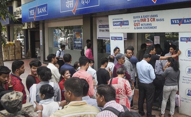 कर्नाटक : नकदी निकलवाने के लिए जूझते नजर आए Yes बैंक के ग्राहक