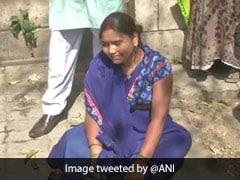 निर्भया केस: कोर्ट के बाहर दोषी अक्षय की पत्नी रोते-रोते हुई बेहोश, खुद को सैंडल से मारा