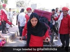 Women's Day 2020: भारतीय रेलवे ने शेयर की महिला कुली की तस्वीर, वरुण धवन ने दिया ऐसा रिएक्शन