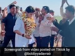 MP पहुंचे ज्योतिरादित्य सिंधिया तो पैर छूने लगे लोग, टिकटॉक वीडियो ने मचाया धमाल, देखें Viral Video
