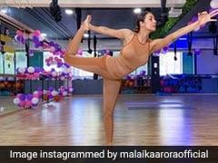मलाइका अरोड़ा इस अंदाज में योग करती आईं नजर, Photos शेयर कर बोलीं- ऐसे कपड़े पहनो जो...