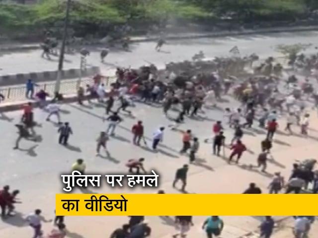 Videos : दिल्ली हिंसा का वीडियो, पुलिस पर हमला करती दिखी भीड़