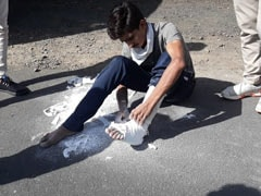 कोरोनावायरस लॉकडाउन : मजदूर ने सड़क पर बैठ खुद काटा टूटे पैर का प्लास्टर, और निकल पड़ा सैंकड़ों KM दूर अपने गांव - देखें VIDEO