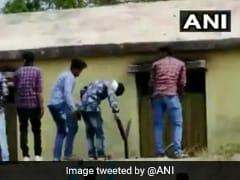 பொதுத்தேர்வு எழுதும் மாணவர்களுக்கு 'பிட்' கொடுத்து உதவிய ஊர் மக்கள்!