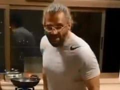 सुनील शेट्टी ने Coronavirus Lockdown के बीच घर में बनाया खाना, तो बीवी ने पीट लिया सिर...देखें Video