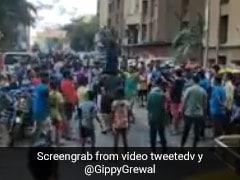 'जनता कर्फ्यू' में एक-दूसरे के कंधे पर चढ़कर नाचने लगे लोग तो बॉलीवुड डायरेक्टर बोले- मूर्ख जश्न मना रहे हैं...