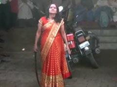 Coronavirus Lockdown के बीच महिला ने रखी सभा, पुलिस ने किया मना तो हाथ में तलवार पकड़ हो गई खड़ी और फिर...