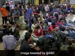 कोरोना प्रकोप: महाराष्ट्र में कड़े प्रतिबंधों के बाद लोकमान्य तिलक टर्मिनस पर यात्रियों की भीड़