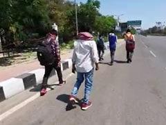 36 घंटे में 80 किलोमीटर - लॉकडाउन के बीच घर पहुंचने के लिए पैदल चलने को मजबूर हैं ये मज़दूर