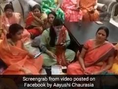 कोरोना को भारत से भगाने के लिए महिलाओं ने गाया भजन, चुटकियां मारकर बोलीं- 'भाग जा रे भाग जा...' देखें Video