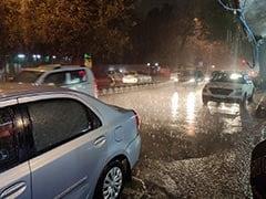 दिल्ली और आसपास के इलाकों में तेज गरज के साथ भारी बारिश