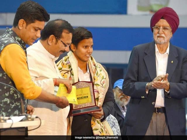 India Women Star Deepti Sharma Felicitated By West Bengal Government