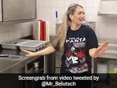 Coronavirus: स्ट्रेस कम करने के लिए माधुरी दीक्षित के इस गाने पर नाचने लगी महिला, देखें Viral Video