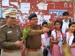 CBSE Board: हिंसाग्रस्त उत्तर पूर्वी दिल्ली में बोर्ड परीक्षाएं शुरू, पुलिस ने फूल देकर दूर किया स्टूडेंट्स का डर