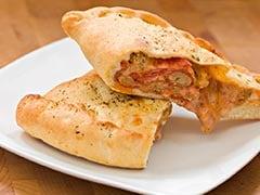 5 मिनट में घर पर कैसे बनाएं रेस्टोरेंट स्टाइल पिज्जा पॉकेट (Recipe Video)