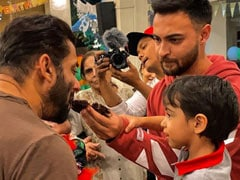Trending: Ahil Celebrates Birthday With <i>Mamu</i> Salman And Khan<i>daan</i>