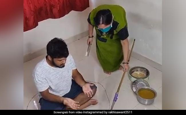 Viral Video: शख्स को पत्नी ने दो फुट दूर से यूं परोसा खाना, सिर पीटने लगा पति, एक्ट्रेस ने शेयर किया वीडियो
