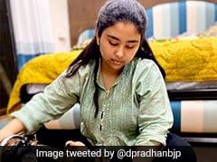 कोरोनावायरस से बचाव के लिए PM नरेंद्र मोदी की अपील पर केंद्रीय मंत्री ने पत्नी-बेटी के साथ घर पर बनाए मास्क