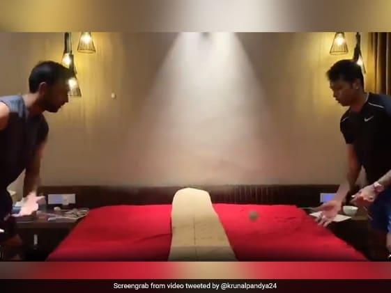 लॉकडाउन में हार्दिक पांड्या ने भाई कुणाल के साथ बिस्तर पर खेला Table Tennis, वायरल हुआ VIDEO