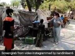 अर्चना पूरण सिंह ने लॉकडाउन में गरीबों को बांटा खाना, सोशल मीडिया पर दुआओं की बरसात- देखें Video