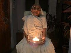 Coronavirus : PM मोदी की मां ने भी कोरोना के खिलाफ लड़ाई में दीप जलाकर एकजुटता दिखाई