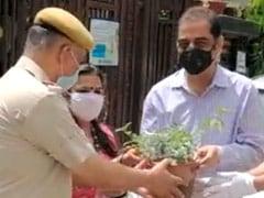 Coronavirus Lockdown: दिल्ली पुलिस ने घरों में रह रहे लोगों को जन्मदिन और सालगिरह के मौके पर दिए तोहफे