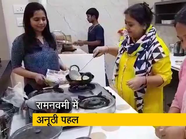 Videos : वाराणसी में कन्याओं के बदले जरुरतमंदों को खिलाया गया खाना