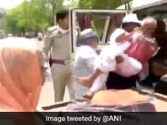 VIDEO : मध्य प्रदेश में लॉकडाउन में बुजुर्ग को ठेले पर लादकर ले जा रहे थे अस्पताल, पुलिसवाले ने देखा तो बढ़ाया मदद का हाथ