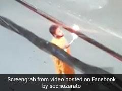 दिये की जगह मुंह से आग उगल रहा था शख्स, अचानक लगी शरीर में आग और फिर... देखें Viral Video