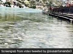 लॉकडाउन में गंगा का पानी हुआ इतना साफ कि दिखने लगी नीचे की जमीन, लोग बोले- 'अब धुलेंगे पाप...' देखें Viral Video