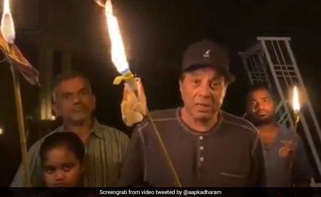 মোমবাতির বদলে মশাল জ্বালিয়ে ভাইরাল ধর্মেন্দ্র
