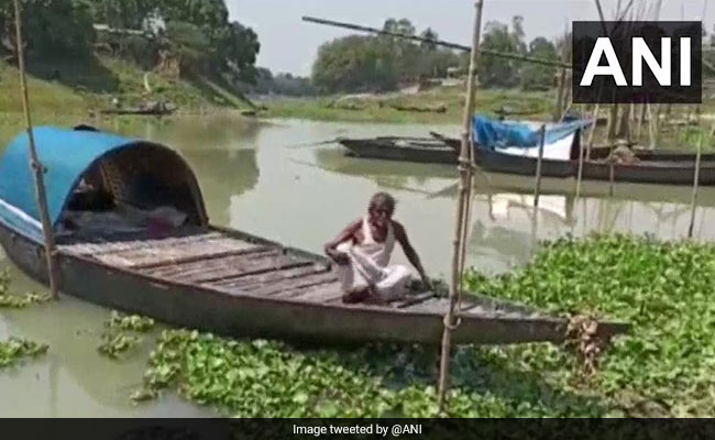 60-Year-Old Man Spends Quarantine On Boat in West Bengal Village