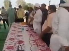 राजस्थान : बुजुर्ग महिला ने मोदी को बताया गहलोत से बेहतर तो राशन बांटते कांग्रेस MLA बोले- राशन छोड़ जाओ, दीया जलाओ