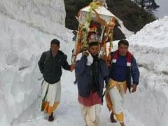 लॉकडाउन के बीच 5 श्रद्धालुओं ने निकाली पंचमुखी डोली यात्रा, 10 फीट बर्फ में चल कर पहुंचे केदारनाथ