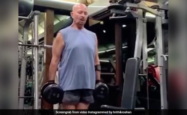ऋतिक रोशन के पापा ने 71 की उम्र में डंबल उठाकर किया एक्सरसाइज, इंटरनेट पर Video का तहलका