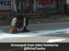 सड़क पर गिरा दूध मटके में भरता नजर आया यह शख्स, Video पोस्ट कर एक्ट्रेस बोलीं- नहीं देख सकती...