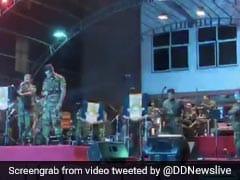 श्रीलंका में लॉकडाउन के दौरान घरों में डरे-सहमें बैठे थे लोग, बाहर आर्मी ने गाया ऐसा धमाकेदार भारतीय गीत, देखें Video