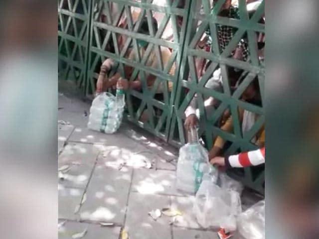 आगरा के क्वारंटाइन सेंटर में फेंककर खाना-पीना देने का मामला- VIDEO वायरल हुआ तो प्रशासन ने BDO को किया सस्पेंड