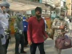 इंदौर में क्वारेंटाइन से लौट रहे लोगों का तालियों से हुआ स्वागत, प्रशासन ने पौधे भेंटकर किया विदा