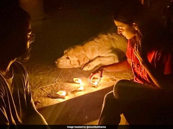 विराट कोहली और अनुष्का शर्मा ने दिए जलाकर दिखाई एकजुटता, ट्वीट के जरिए कही यह बात...