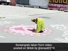 लॉकडाउन से परेशान महिला को सड़क पर दिखा 'Corona', गुस्से में की चप्पल से पिटाई... देखें TikTok Viral Video