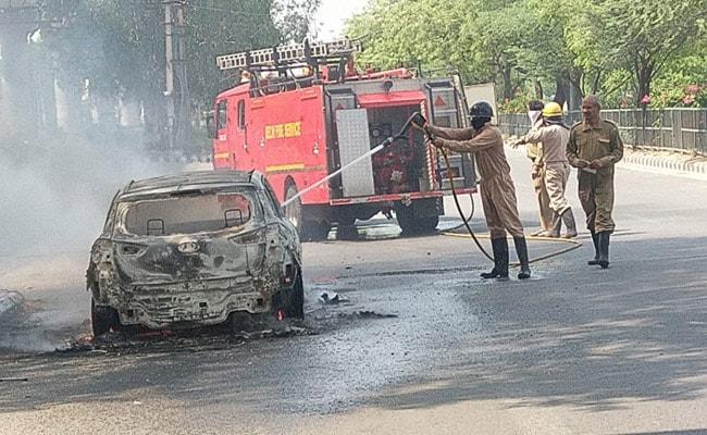 लॉकडाउन के बीच दूल्हे की कार में लगी आग, पुलिस ने वेन्यू तक पहुंचाया