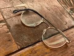 लॉकडाउन में टूटी ट्विंकल खन्ना की चप्पल और चश्मा, Video में यूं चिपकाती आईं नजर...