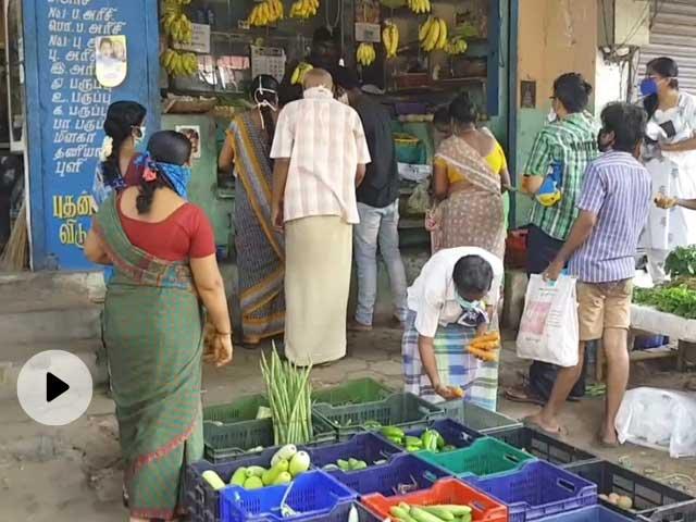 लॉकडाउन सख्त होने से पहले तमिलनाडु में दुकानों पर खरीदारी के लिए उमड़ी भीड़, सोशल डिस्टैंसिंग की उड़ीं धज्जियां